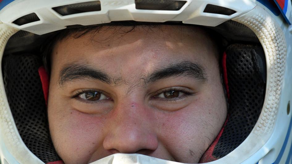 Franco Sance: el joven que maneja la moto con una mano