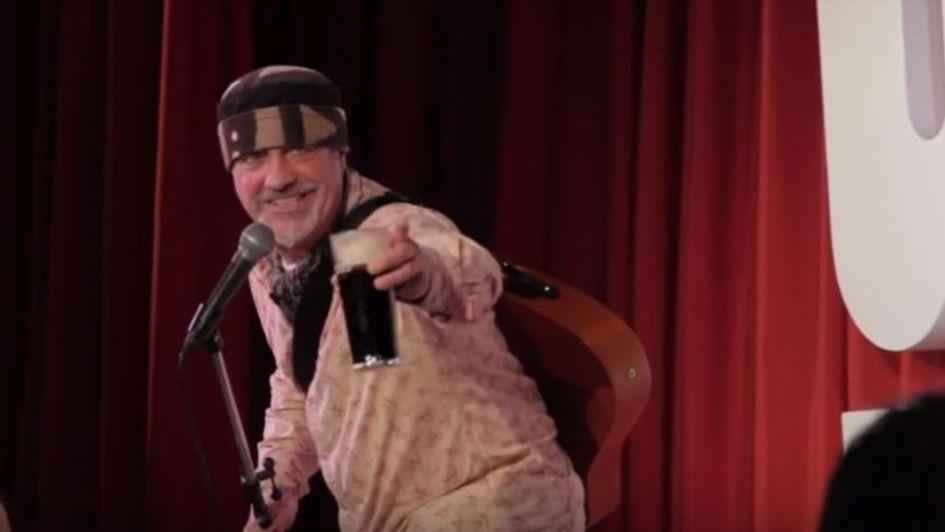 Un comediante murió en medio de su monólogo y el público pensó que era parte del show