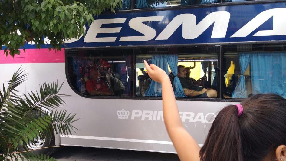 Los jugadores del Globo partieron a Formosa y los hinchas los despidieron con un banderazo