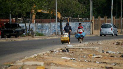 Las calles de la otrora opulenta Maracaibo son ahora una postal del abandono. Los cortes de luz la mantienen paralizada.