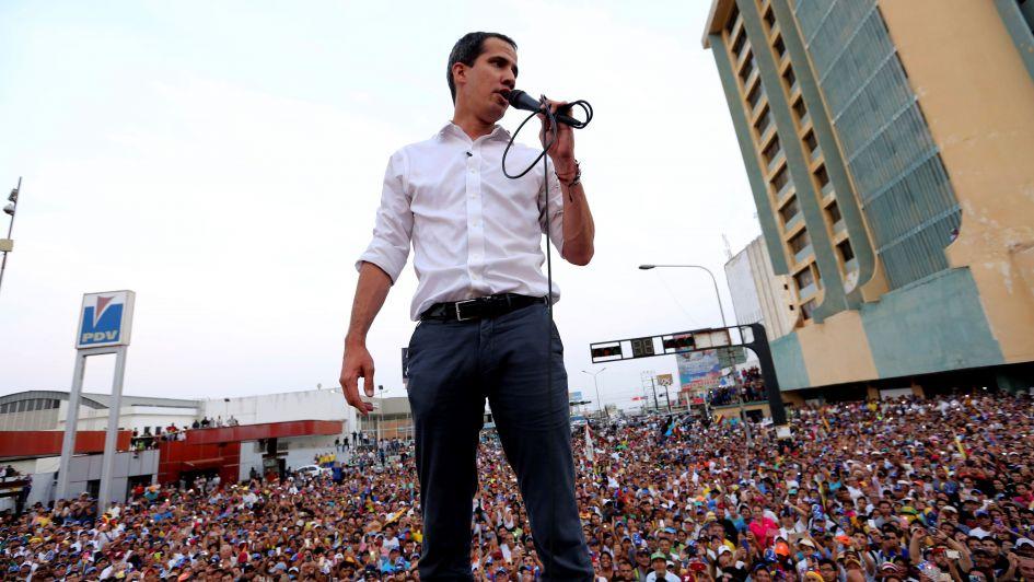 Guaidó descarta la salida militar, mientras la crisis hunde más a Venezuela