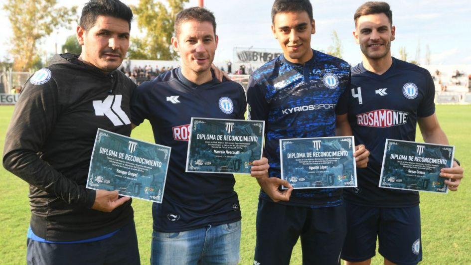Reconocimiento para los campeones de Futsal en el partido del Lobo