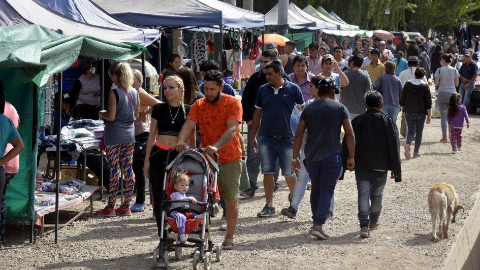 Alternativas ante la crisis: más mendocinos compran y venden en ferias de ahorro y usados