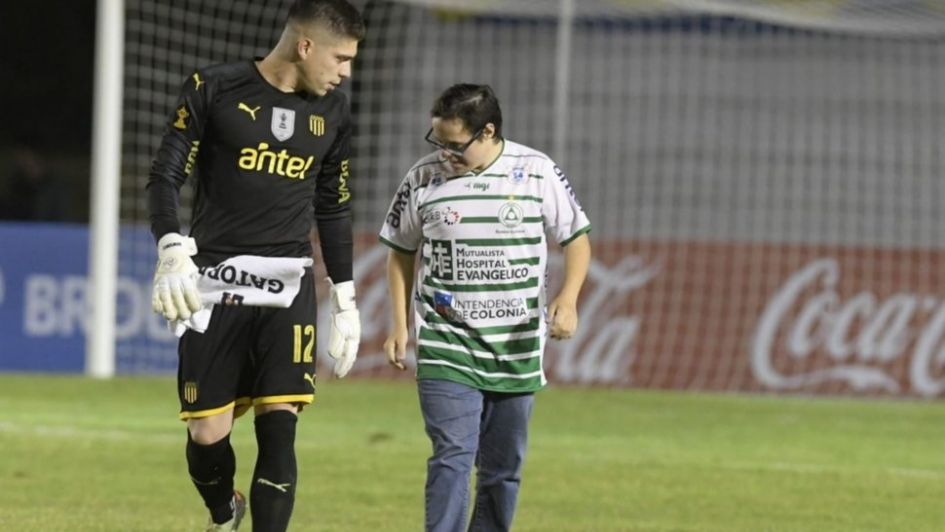 Arquero de Peñarol emociona con un gesto hacia un hincha rival