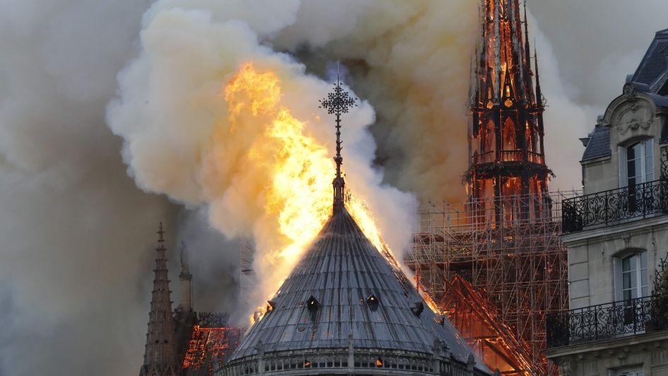 Un incendio arrasa la catedral de Notre Dame pero logran salvar su estructura