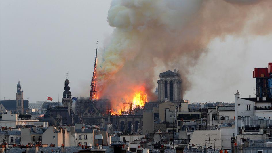 Impresionante video: así caía en llamas la aguja de la Catedral de Notre Dame