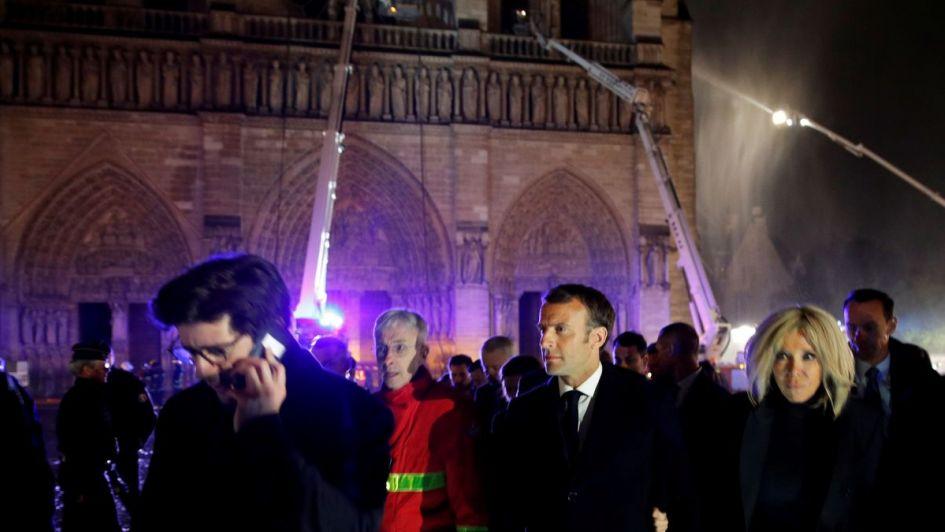 Macron envió un mensaje a los franceses y pidió reconstruir Notre Dame
