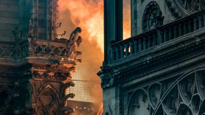 Las llamas devoraron el edificio gótico de impresionantes gárgolas