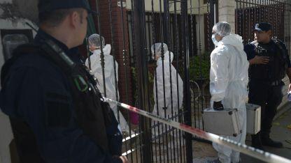 Científica llega a la casa donde mataron de dos disparos a un médico que supo trabajar en el Servicio Penitenciario.