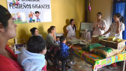 Las odontólogas Macarena y Amira, durante una charla en un merendero de Luján de Cuyo.