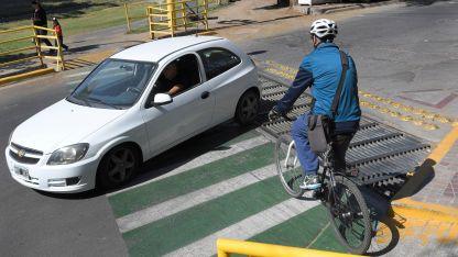 Quienes circulan por ciclovías tienen prioridad en los cruces de calle.