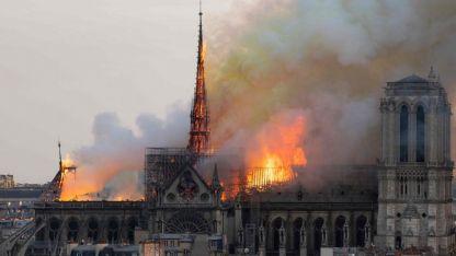 La catedral ardió en llamas este lunes.