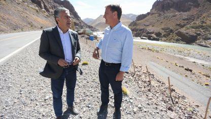 En el sur. Alfredo Cornejo y el precandidato Rodolfo Suárez, ayer en el Paso Pehuenche de Malargüe.