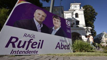 Sin Suárez. El precandidato a gobernador no está en los carteles.