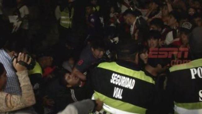Llegó River a Salta y varios hinchas resultaron heridos al ceder una valla de contención