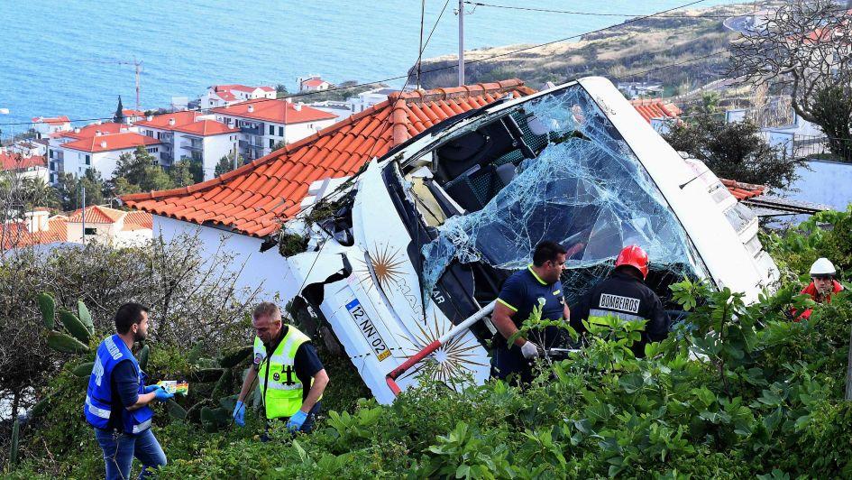 Tragedia en Portugal: murieron 28 personas al desbarrancar un colectivo turístico