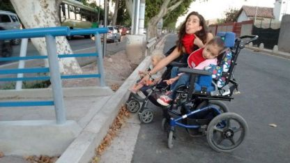 La pequeña en silla de ruedas en ese sector del carril.