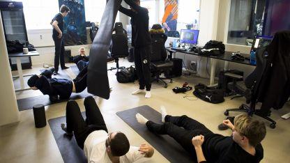 En forma. El Equipo Origen se distiende en la sala de capacitación luego de un ataque contra otro equipo.