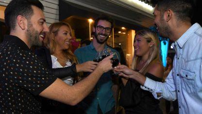 De copas. Juan, Verónica, Philippe, Priscila y Fabrizio brindan en la puerta de uno de los bares asociados a esta simpática iniciativa.