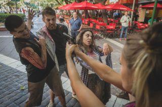 Sorpresa. La batalla entre zombies y vivos que se simuló en la Peatonal atrajo la atención de los que pasaban al mediodía por ahí.