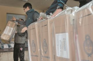 Época de elecciones. Empleados del Correo Argentino trasladan las urnas y boletas a diferentes escuelas.
