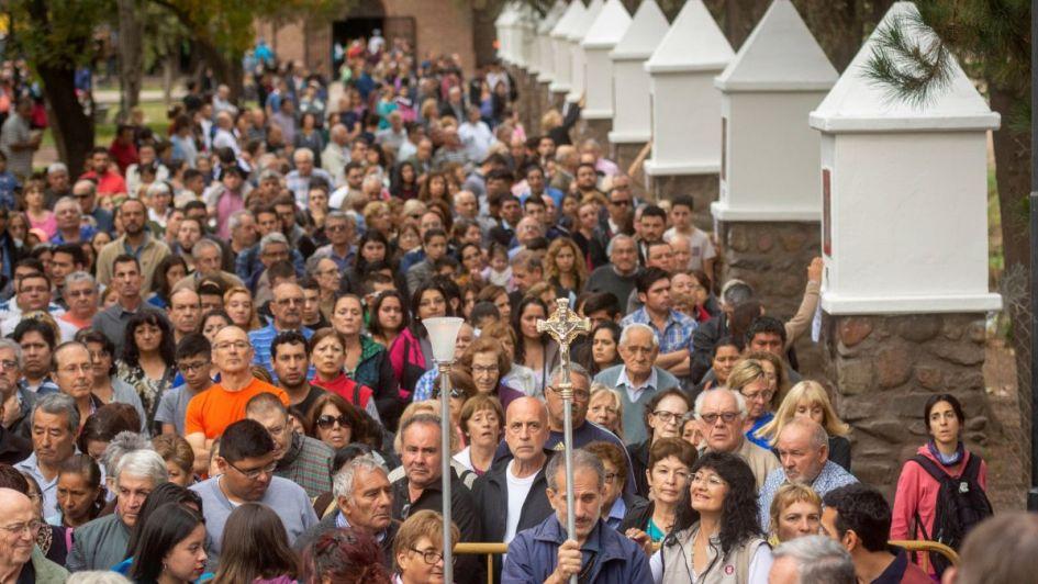 Con pedidos para salir de la crisis, más de 5.000 fieles fueron al Calvario