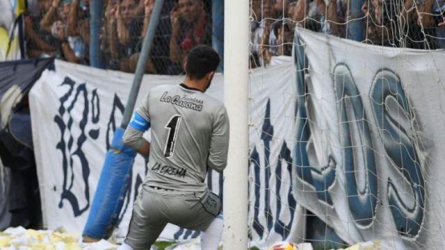 Momento exacto: el balón baja e ingresa al arco de Rafaela. Era el 1-0 del Azul.