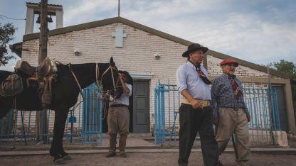 El grupo de jinetes terminará hoy su travesía de 120 kilómetros. Aquí, frente a la Capilla de la Asunción.