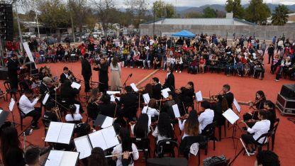Único. Los músicos de la Orquesta de Cámara Juvenil de Las Heras e invitados especiales, frente al público del barrio 26 de Enero.