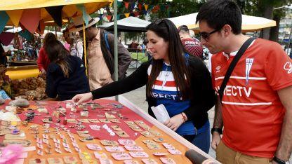Paseo por la Ciudad. Rodrigo y Vanesa, que llegaron desde Chile, miraron artesanías ayer por la tarde en la Plaza Independencia.