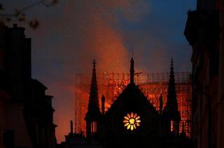 Infierno. Los bomberos debieron batallar contra las llamas durante unas 12 horas.