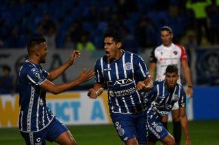 Clave. Viera puso el 1-0 para el Tomba y se suman al festejo Ramis y Cardona. El paraguayo también anotó el segundo penal.