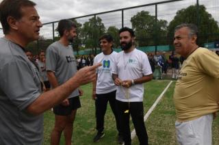 Picado electoral. Los Suárez (Rodolfo y Ulpiano) y Cornejo, ayer en la inauguración de una cancha.