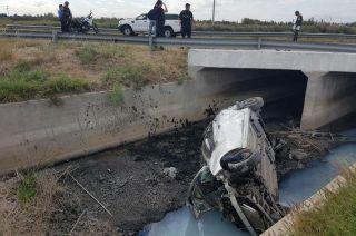 En San Martín. En otro hecho, una mujer quedó atrapada en el auto que terminó en el fondo de un zanjón, lindero con la ruta nacional 7.