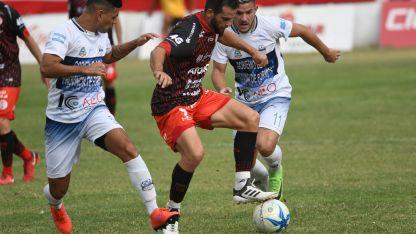 Luchando. Ivo Hongn intenta controlar el balón ante la marca de dos rivales. Triunfazo del Globo.