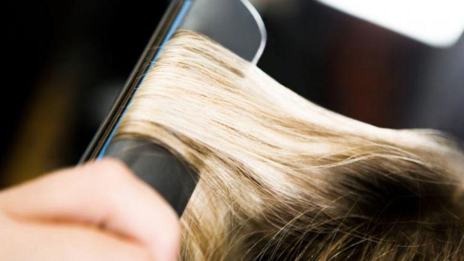 Se planchaba el pelo, recibió una fuerte descarga eléctrica y sobrevivió por milagro