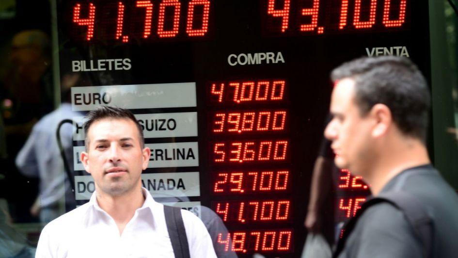 El dólar saltó $0,70, se desplomó la Bolsa y el Riesgo País tocó su máximo