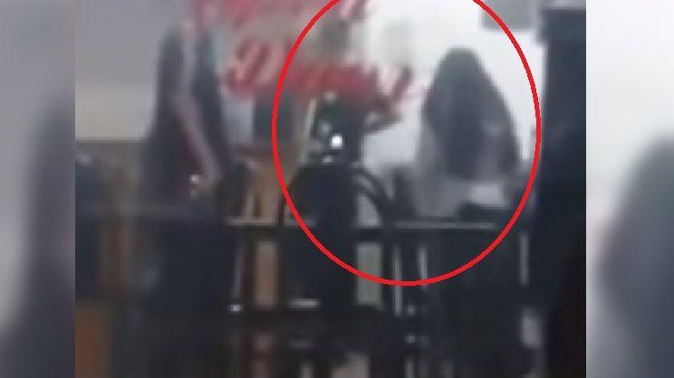 Video: fue a buscar a su ex novio al trabajo, lo apuñaló por la espalda y escapó