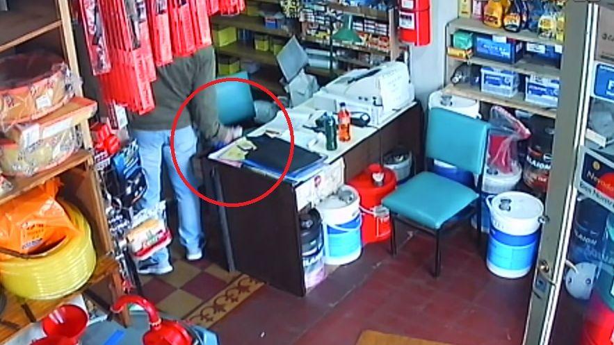 Video: un cliente conocido le robó la billetera al dueño de un lubricentro en San Martín