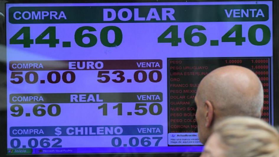 El dólar tocó los $48 pero recortó la suba y finalizó a $46,08