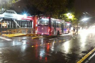 Un colectivo quedo atravesado en medio del Metrobus