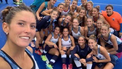 Amparo Correa Llano toma la selfie de las chicas 'bronceadas'.