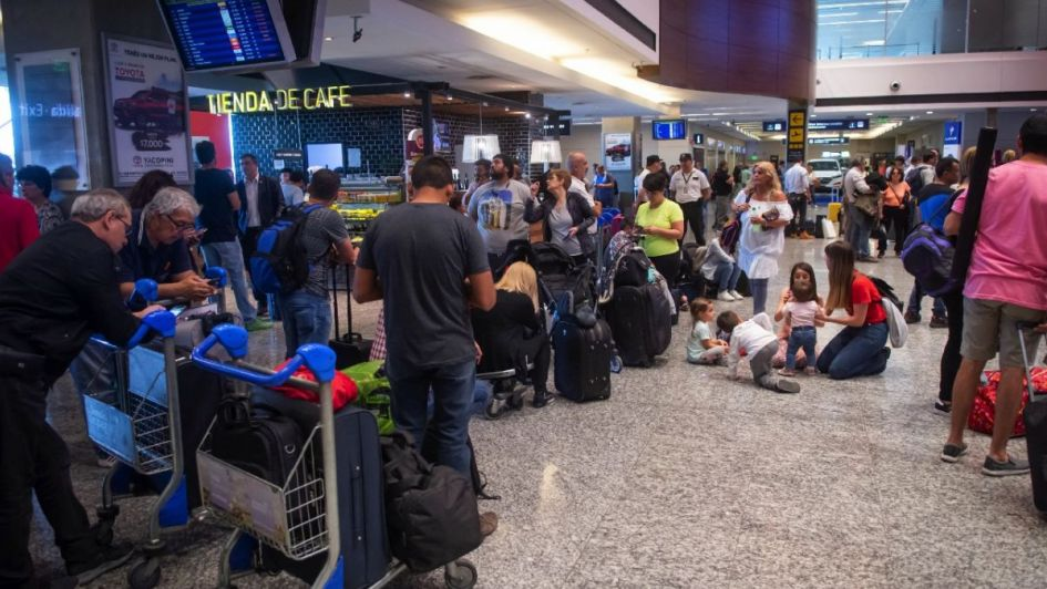 Aerolíneas Argentinas y Latam cancelaron todos sus vuelos para el próximo martes