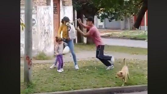 Video indignante: golpeó su pareja, que tenía a su hija en brazos