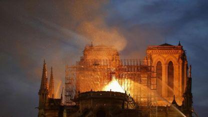 La Catedral de Notre Dame durante el incendio.
