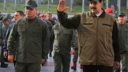 Nicolás Maduro acusa a Washington de querer derrocarlo y, por ahora, consigue afirmarse en el poder.
