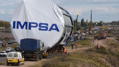 La caravana es encabezada por un tractor principal con un carretón de 12 líneas.