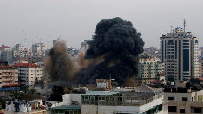 Así se veía el cielo desde la Franja de Gaza, tras los bombardeos mutuos en ese territorio y en el sur de Israel.  AP