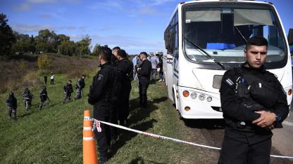 Fuga. Agentes de la policía montan guardia alrededor del microbus