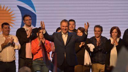 El gobernador Juan Schiaretti saluda a sus seguidores tras hablar en el búnker peronista.
